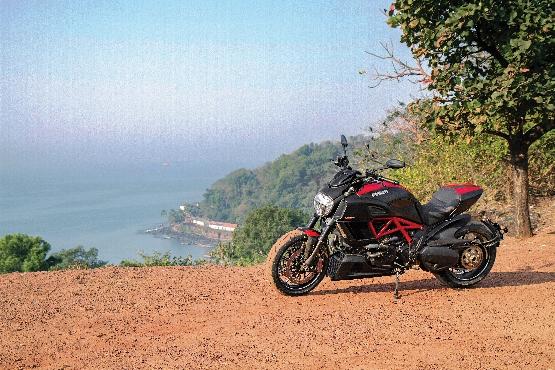 Ducati Diavel Carbon (1) (555x370)