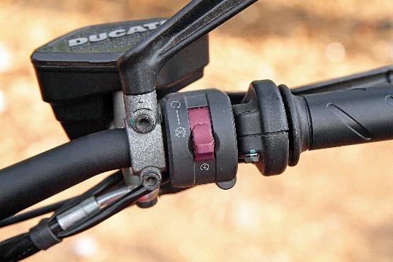 Ducati Diavel Carbon (3) (555x370)