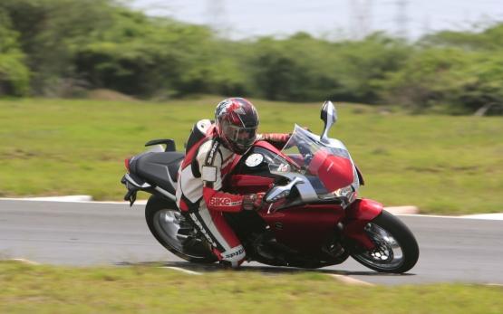 Honda VFR1200F Track Test 1 web