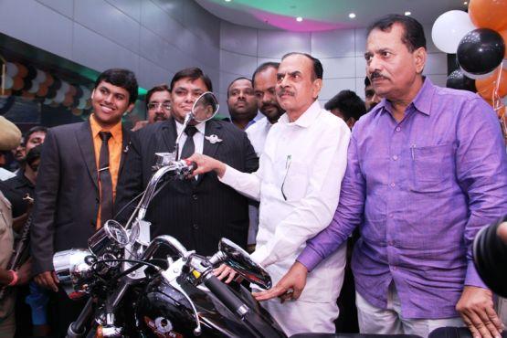 Deputy CM Mehmood ali unveiling Fab Regal Raptor dayona 350 motor cylesHyderabad1 web