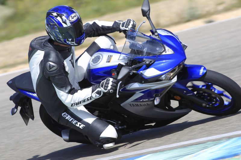 2015 Yamaha YZF R3 review web 11