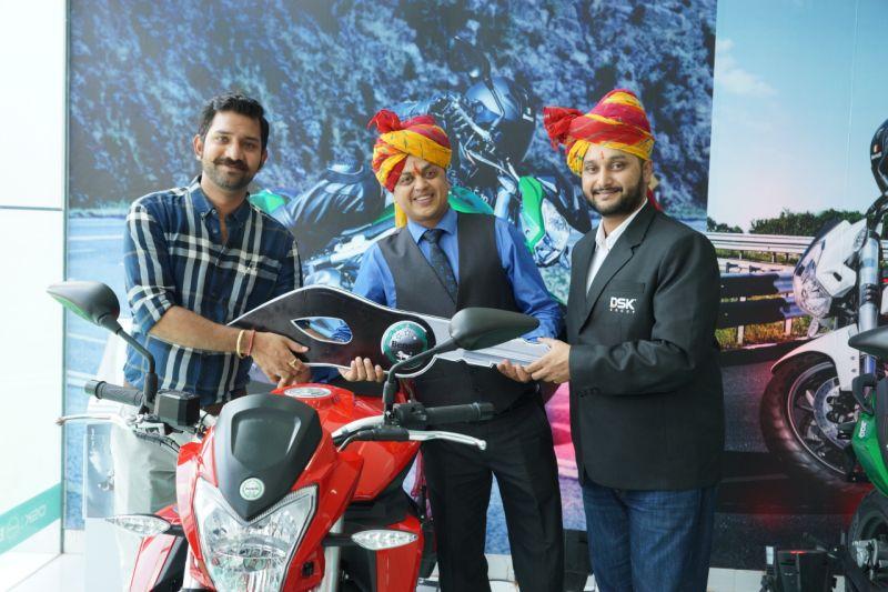 Key Handover by  Shirish Kulkarni, Chairman, DSK Motowheels and Sanjay Maheshwari, Dealer Principle, Saga AutowheelsWEB