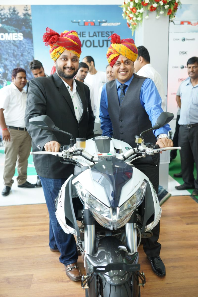 (L-R) Shirish Kulkarni, Chairman, DSK Motowheels and Sanjay Maheshwari, Dealer Principle, Saga Autowheels 2WEB