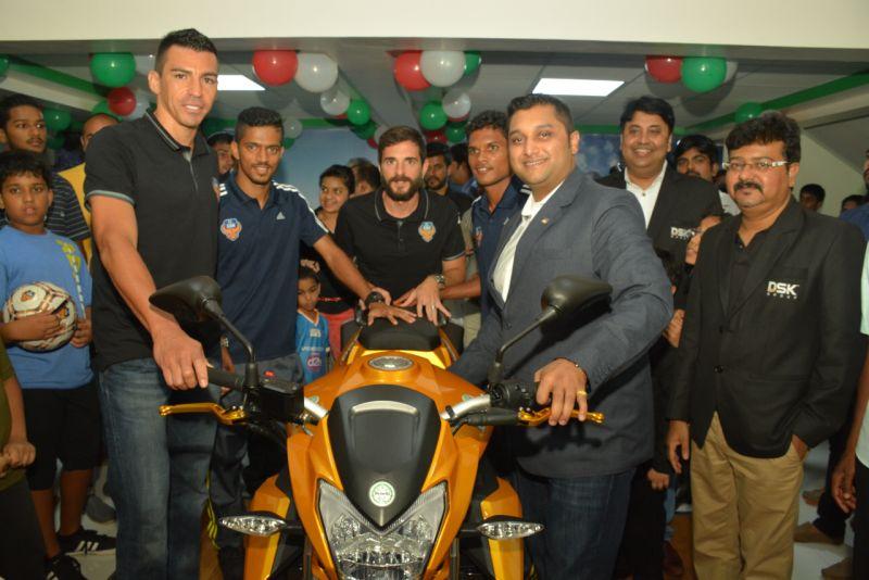 (L_R) Lucio, FC Goa, Shirish Kulkarni, Chairman, DSK Motowheels web