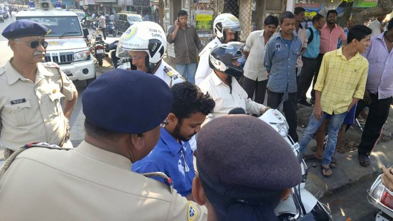 2016 Mumbia police traffic safety week tilgul helmet drive web 1