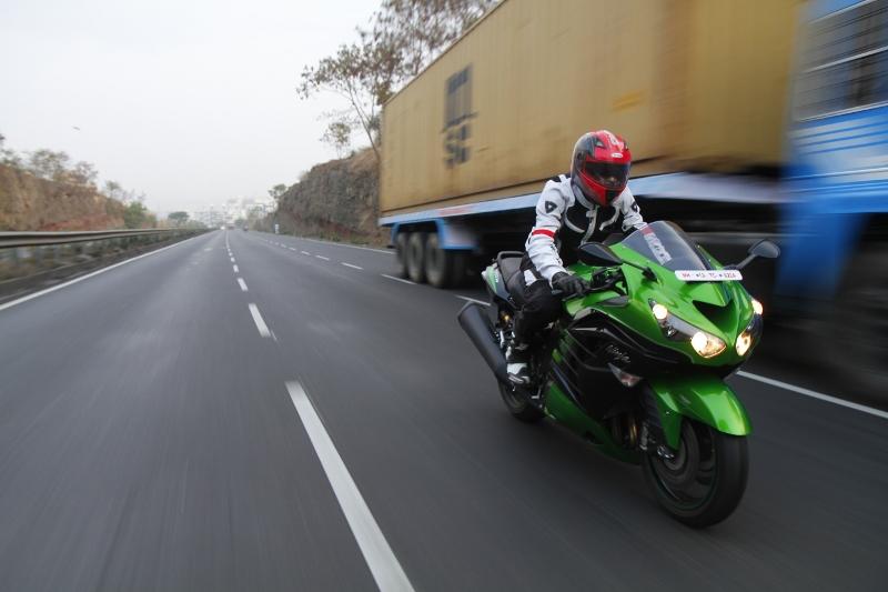 First Ride Review_Kawasaki Ninja ZX-14R_Larger than Life (1)