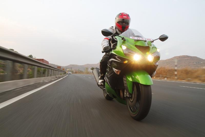 First Ride Review_Kawasaki Ninja ZX-14R_Larger than Life (11)