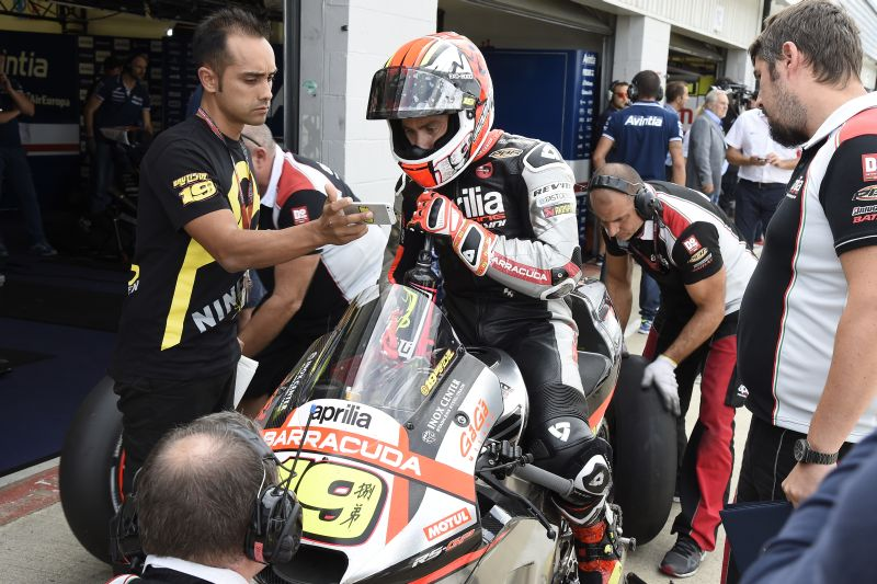 From Inside the Aprilia MotoGP Pit On the Racing Line (16)