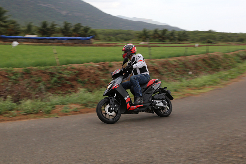 first-ride-aprilia-sr-150-italian-icon-at-indian-price-10