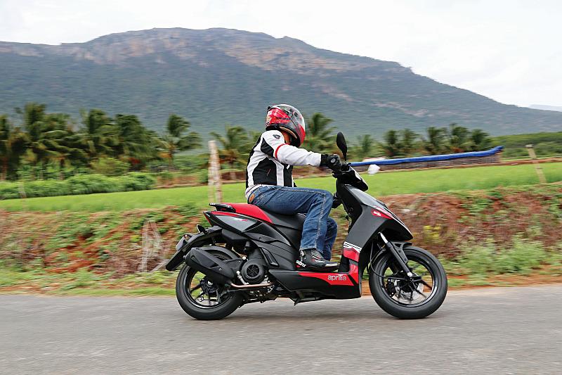 first-ride-aprilia-sr-150-italian-icon-at-indian-price-11