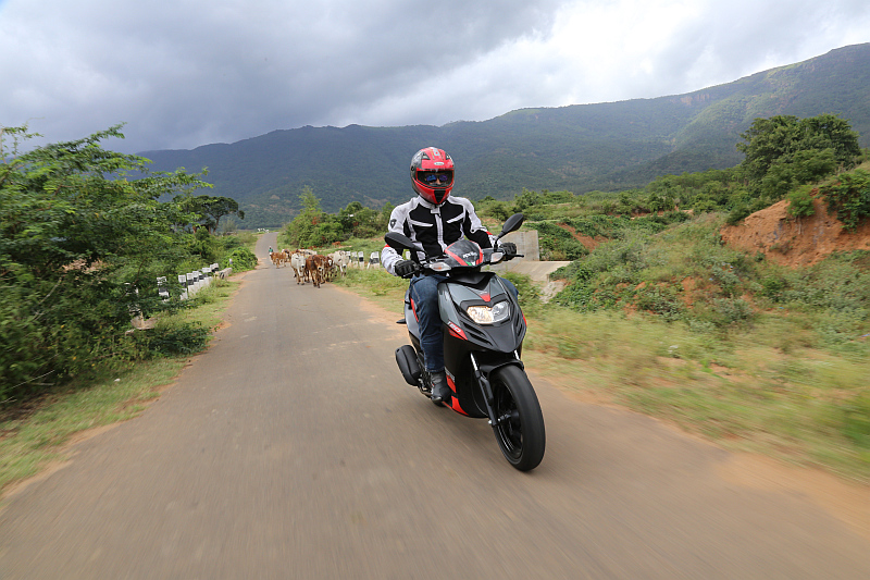 first-ride-aprilia-sr-150-italian-icon-at-indian-price-16