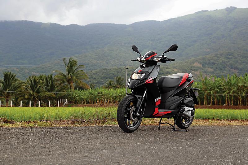 first-ride-aprilia-sr-150-italian-icon-at-indian-price-8