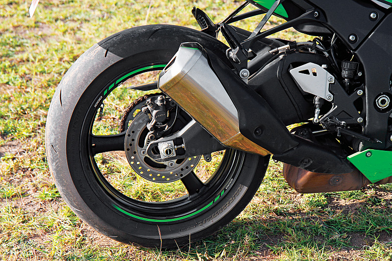 first-ride-kawasaki-ninja-zx-10r-race-bike-for-the-road-6