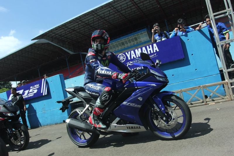Valentino Rossi unveils 2017 Yamaha R15 V3 Web 1