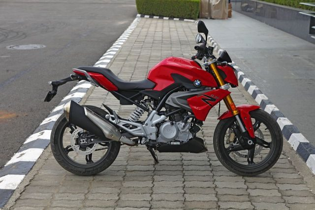 BMW G 310 R has sculpted design and sporty riding position