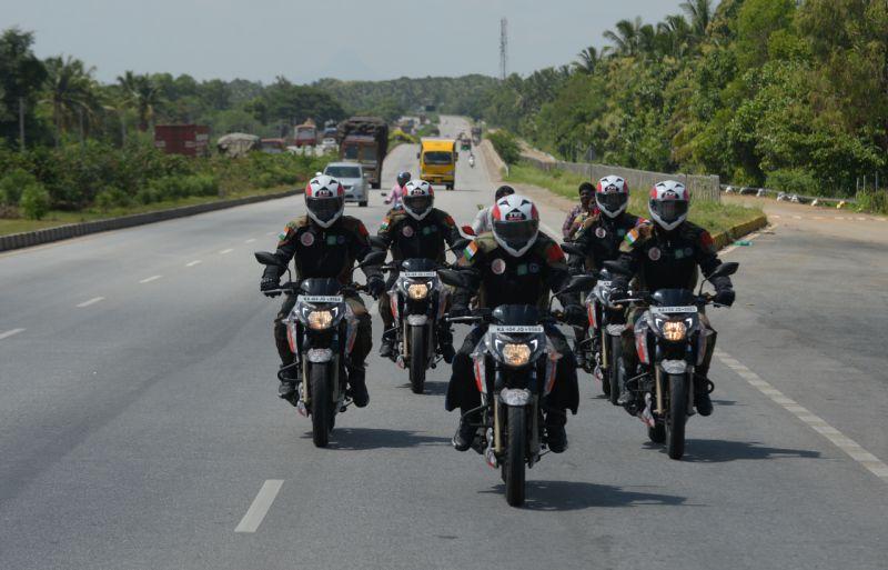 Military Police Begin Ride Apache RTR 200 Fi 4V Race Edition 2.0 For 2018 Kargil Divas M3
