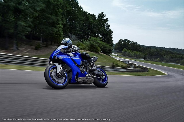 YZF-R1 action