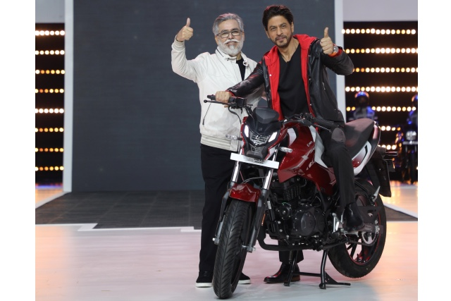 Dr Pawan Munjal- Chairman and CEO, Hero MotoCorp with global movie icon- Shah Rukh Khan at the unveiling of the company's 100 millionth motorcycle